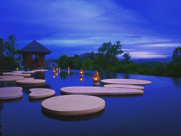 夕暮れのアライバルパビリオンの前の池