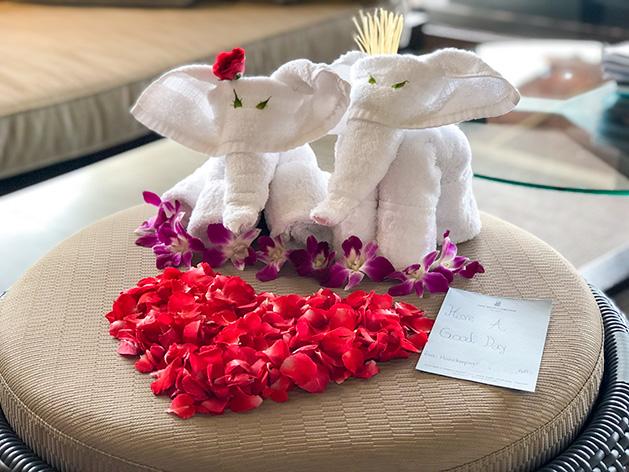 タオルで作った象とフラワーデコレーション