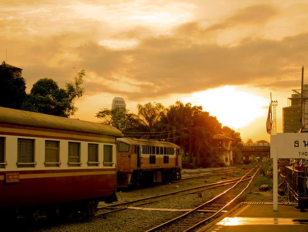 朝焼けに染まるトンブリー駅