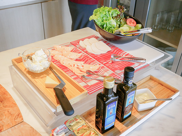 コールドミールは野菜、ソーセージ、チーズ