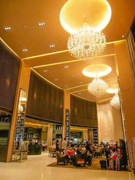 バンコク・マリオット・ホテル・スクンビットの夜のロビー